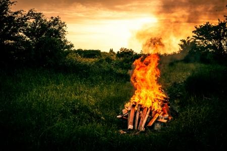 自然に囲まれたキャンプで焚き火 写真素材