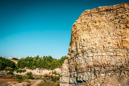Canyon entour� par la for�t avec le ciel bleu