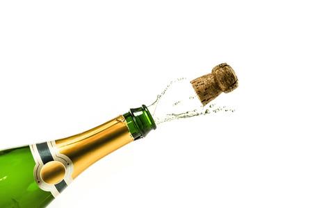 新しい年の前夜に飛び出るシャンパンのボトル