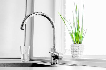 llave de agua: Grifo de metal en una cocina