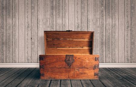 cofre del tesoro: Pecho de madera viejo con abierto iluminado