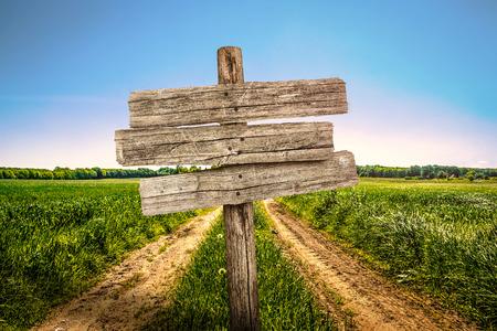 グランジの田舎道の木製看板