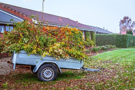 Tuinafval in een wagen in de herfst Stockfoto