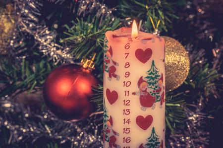 12 月カレンダーとホワイト クリスマス キャンドル 写真素材
