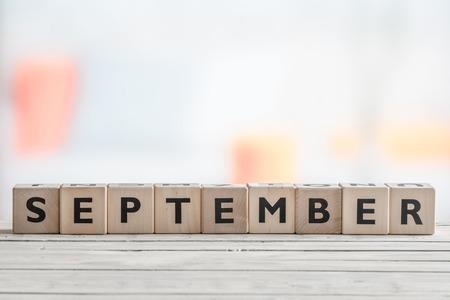 9 月にリビング ルームで木製のテーブルで署名します。