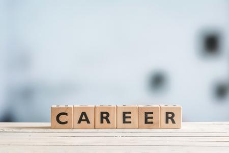 liderazgo: signo de la carrera en un escritorio de madera en una oficina