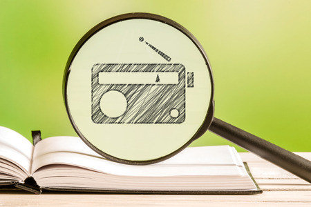 transistor: informaci�n de radio con un dibujo de l�piz de un radio de transistores en una lupa
