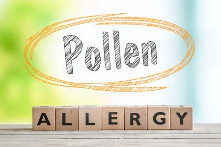 Stuifel allergie kop met een houten bord op een natuur achtergrond