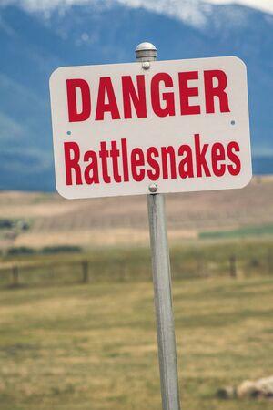 serpiente de cascabel: Rattlesnake warning sign in an american countryside