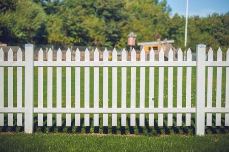 公園で白い色の木製フェンス 写真素材
