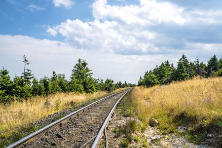 Landbahn in ländlicher Umgebung im Sommer