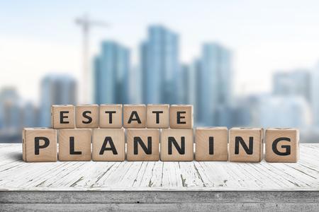 Segno di pianificazione immobiliare su un molo di legno con edifici alti in background