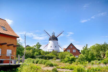 Oude molen in een groene tuin in de zomer onder een blauwe lucht Stockfoto