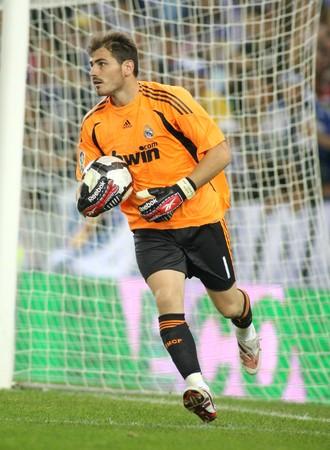 Striker: Iker Casillas Real Marid CF działania w czasie ligi hiszpańskiej meczu z RCD Espanyol de Barcelona na Estadi Cornella-El Prat na 12 września 2009 w Barcelona, Spain