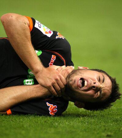 suffocating: Jordi Alba di Valencia CF feriti durante una partita di campionato tra RCD Espanyol e Valencia presso il Estadi Cornella il 1 � maggio 2010, a Barcellona, Spagna