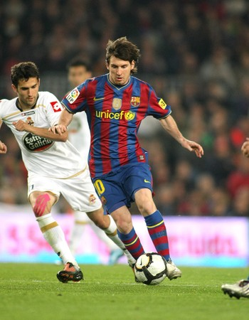 futbol: Leo Messi of Barcelona in action during a Spanish League match between FC Barcelona and RC Deportivo at the Nou Camp Stadium on April 14, 2010 in Barcelona, Spain Editorial