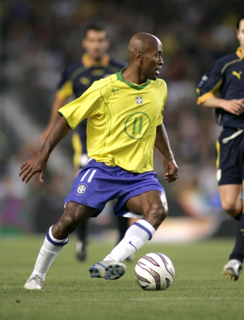 Brazilian player Ze Roberto in action during the friendly match between Catalonia vs Brazil at Nou Camp Stadium in Barcelona, Spain. May 25, 200