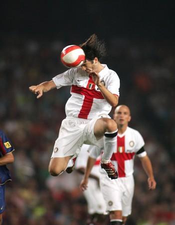 Striker: Argentyński piłkarz Santiago Solari podczas meczu pomiędzy FC Barcelona i Inter Mediolan de na stadionie Camp Nou 29 sierpnia 2007 roku w Barcelonie.