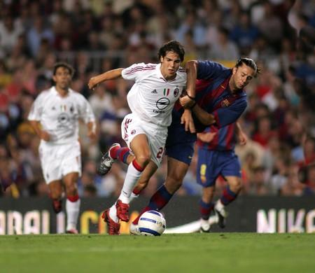 Striker: AC Milan brazylijski Kaka podczas meczu pomiÄ™dzy FC Barcelona i AC Milan na stadionie Camp Nou w dniu 26 sierpnia 2004 r. w Barcelonie, Hiszpania