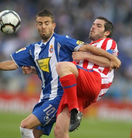 futbol: Luis Garcia (L) di Espanyol lotta con A. Lopez (R) di Atletico Madrid durante una partita di campionato spagnolo tra (R) Espanyol e Atletico Madrid al Cornella Estadi 11 aprile 2010 a Barcellona, ??Spagna