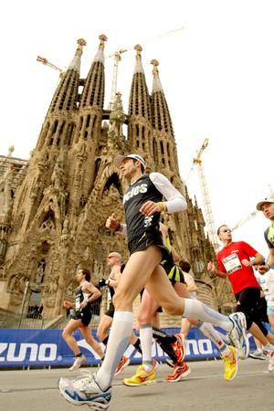 competitividad: Los atletas se ejecuten en frente de la Catedral de Sagrada Familia en la marat�n de Barcelona el 7 de marzo de 2010 en Barcelona  Editorial
