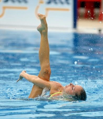 piscina olimpica: Medallista olímpico español Gemma Mengual nada un ejercicio solitario durante la reunión de España Sincro en Barcelona Picornell Swimpool, el 14 de junio de 2007 en Barcelona, España.  Editorial