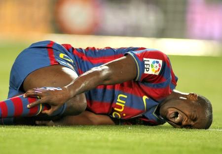 lesionado: Toure Yaya de Barcelona herido durante un partido de la Liga espa�ola entre el FC Barcelona y el Athletic de Bilbao en el estadio del Camp Nou, el 3 de abril de 2010, en Barcelona, Espa�a