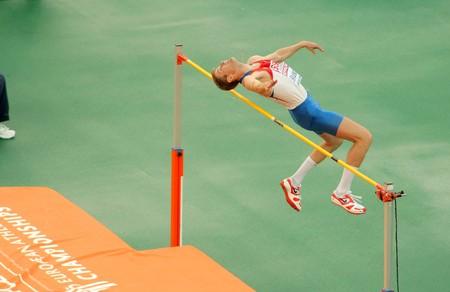 Aleksander Shustov van Rusland concurreert op de mannen hoogspringen tijdens de twintigste Europese kampioenschappen atletiek in het Olympisch Stadion op 29 juli 2010 in Barcelona, Spanje Spanje Redactioneel