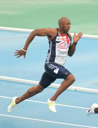 deportes olimpicos: Marlon Devonish de Gran Bretaña compite en los hombres 200 metros durante el XX Campeonato Europeo de atletismo de en el Estadio Olímpico el 29 de julio de 2010 en Barcelona, España  Editorial