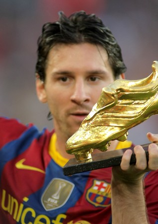 Leo Messi of FC Barcelona with European Golden Boot award before spanish league match between FC Barcelona and RCD Mallorca at Nou Camp Stadium in Barcelona, Spain. October 3, 2010 Stock Photo - 8075738