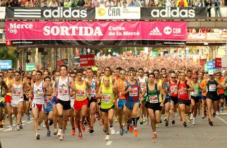 maraton: Corredores en el inicio de la carrera popular de Cursa de la Merce en la monta�a de Montjuic, 28 de septiembre de 2009 en Barcelona, Espa�a