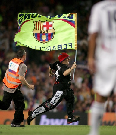 spontaneous: Spontaneous supporter of Barcelona during a friendly match between Bayern Munich and FC Barcelona at the Nou Camp Stadium on August 22, 2006 in Barcelona, Spain