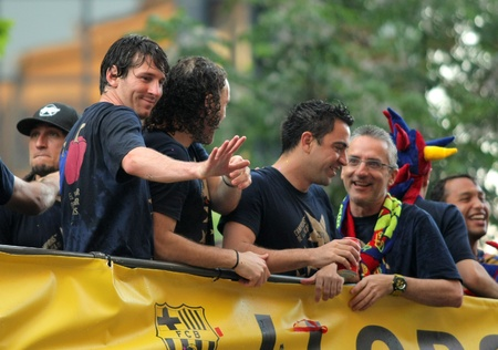 xavi: Leo Messi(L), Gabi Milito(C) y Xavi Hernandez(R) on the Barcelonas players bus in the celebration after winning the Spanish League title in Barcelona on May 13, 2011 in Barcelona
