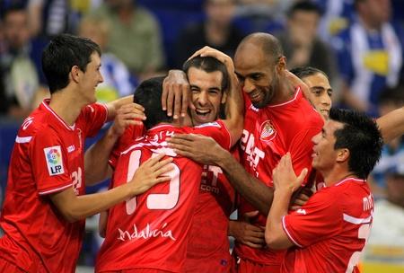 sevilla: Alfaro, Negredo, Kanoute en Medel van Sevilla FC viert doel tijdens een Spaanse competitie wedstrijd tussen RCD Espanyol en Sevilla, FC in het Estadi Cornella op 21 mei 2011 in Barcelona, Spanje