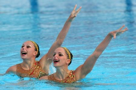 piscina olimpica: Nadadores de synchro franc�s Sara Labrousse y Chloe Willhelm en un dueto ejercen durante la reuni�n de Espana Sincro en Barcelona Picornell Swimpool, 18 de junio de 2011 en Barcelona, Espa�a