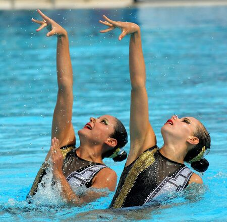 Mexicaanse synchro zwemmers Mariana Cifuentes en Isabel Delgado in een Duet uitoefenen gedurende de Espana Sincro bijeenkomst in Barcelona Picornell Swimpool, 18 juni, 2011 in Barcelona, ​​Spanje Redactioneel