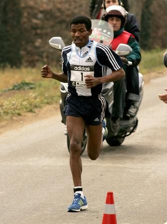 deportes olimpicos: Recordman del mundo Maratón Haile Gebrselassie en funcionamiento durante la Media Maratón de Granollers en Granollers el 6 de febrero de 2005 en Barcelona, ??España