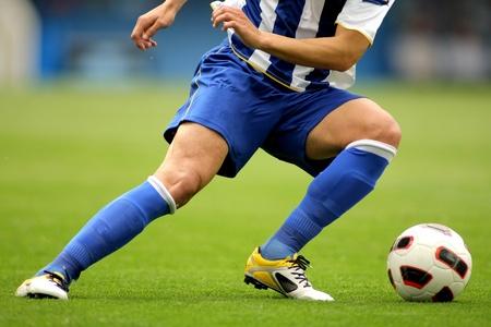 de rodillas: Jugador de fútbol las piernas en acción