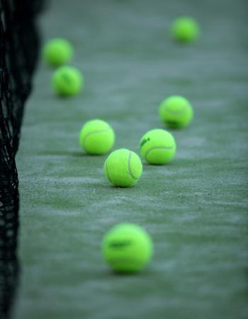 prato sintetico: Palle da tennis o paddle in erba sintetica del campo da paddle tennis con rete sullo sfondo