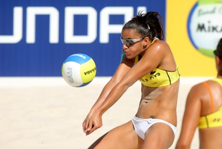 pelota de voleibol: Español playa jugador de voley Alejandra Simon en acción durante un partido de Swatch FIVB Beach Volley World Tour Editorial