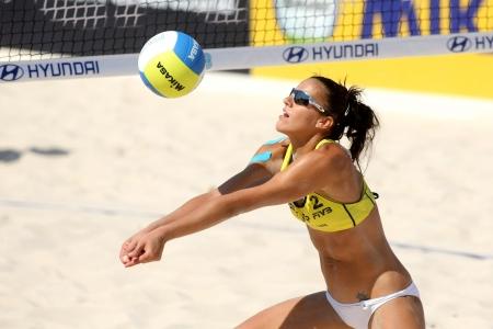 balon de voley: Española de voleibol de playa jugador Alejandra Simon en la acción durante un partido de la Swatch FIVB Beach Volley World Tour