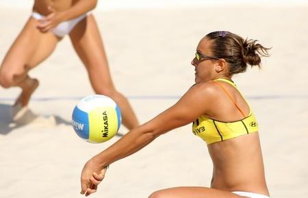pelota de voley: Español playa jugador de voley Cristina Hopf en acción durante un partido de Swatch FIVB Beach Volley World Tour