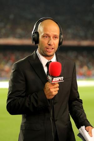 Martin Ainstein van ESPN rapporten voor de Spaanse Supercup voetbalwedstrijd tegen FC Barcelona in de New Camp Stadium op 17 augustus 2011 in Barcelona, Spanje