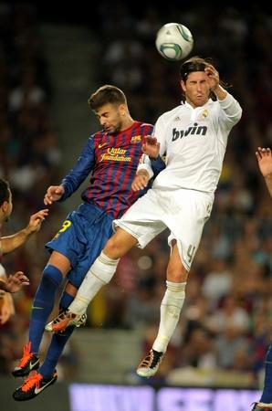 2011 年 8 月 17 日にバルセロナでは、新しいキャンプ スタジアムでスペイン スーパー カップ サッカーの試合中にレアル マドリードの Sergio Ramos(R) と