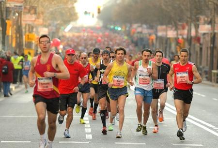 バルセロナの通りのバルセロナ、スペインで 2011 年 3 月 3 日バルセロナ バルセロナ マラソン中の選手の混雑 報道画像