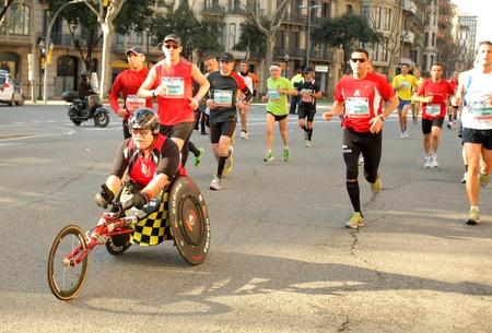 competitividad: Atleta con discapacidad motriz se ejecutan en la calle Barcelona lleno de los atletas durante el Marat�n de Barcelona en Barcelona, ??03 de marzo 2011 en Barcelona, ??Espa�a