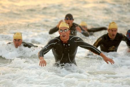 2011 年 10 月 16 日バルセロナ、スペインのバルセロナ ガーミン トライアスロン イベント バルセロナ ビーチで水泳を仕上げ操作のスペイン ブレント 報道画像