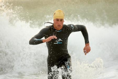2011 年 10 月 16 日バルセロナ、スペインのバルセロナ ガーミン トライアスロン イベント バルセロナ ビーチで水泳を仕上げアクション スペイン Cristi