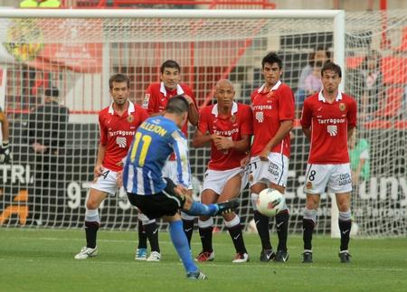 スペイン第二分裂の間にフリーキックでヘラクレスの Juanmi カジェホン タラゴナはタラゴナ、スペインで 2011 年 10 月 22 日にノウ Estadi でリーグ戦