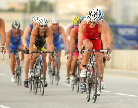 2011 年 10 月 16 日バルセロナ、スペインのバルセロナのビーチでバルセロナ ガーミン トライアスロン イベントで自転車イベントでトライアスロン